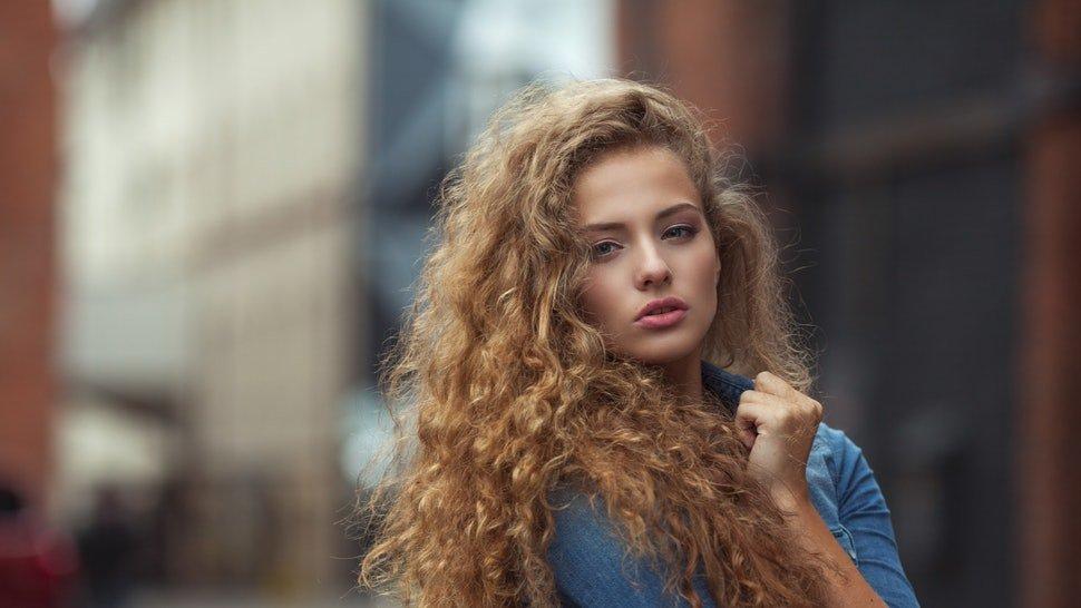 Come lisciare i capelli crespi in 7 mosse