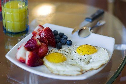 uova e frutta a colazione
