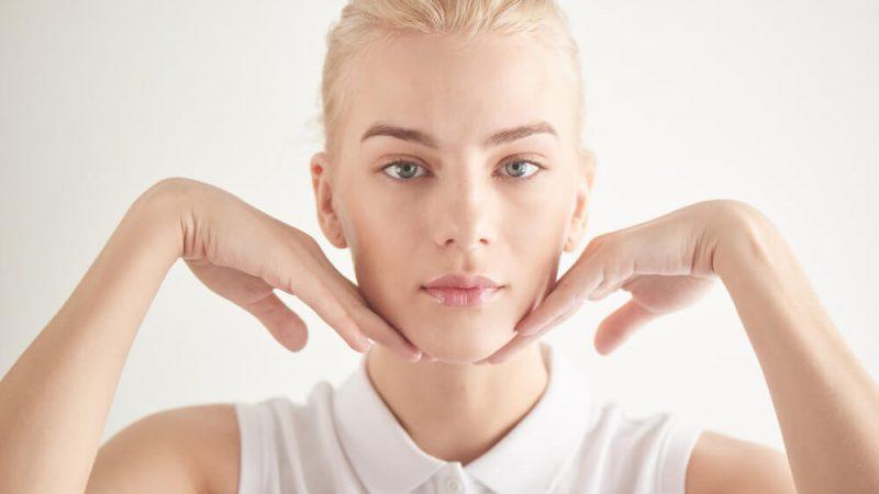 Ginnastica facciale guance e zigomi: 3 esercizi da fare ogni giorno